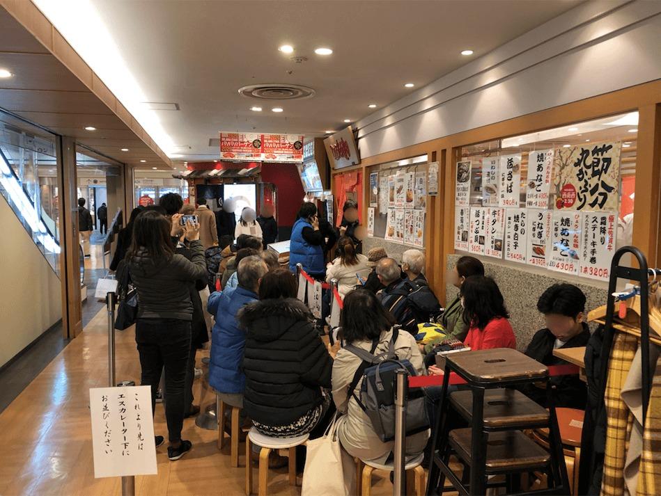 福岡・天神のひょうたんの回転寿司の行列