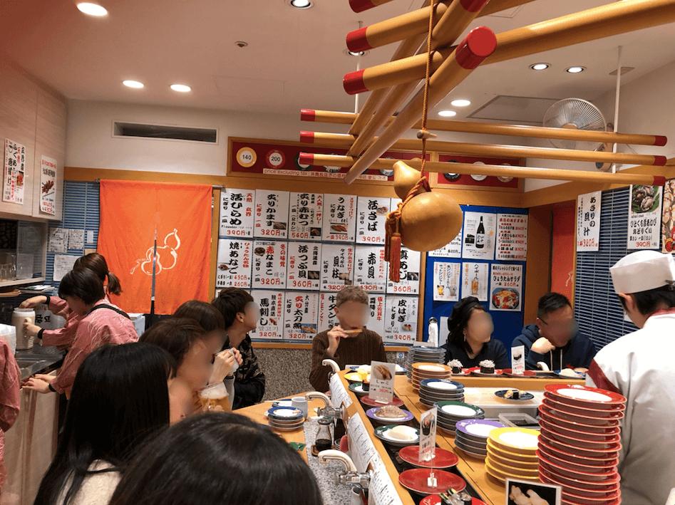福岡・天神のひょうたんの回転寿司の店内