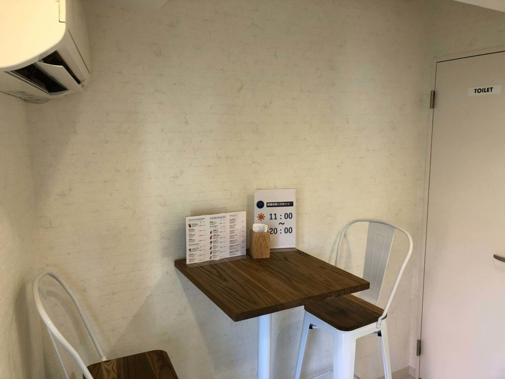 初心茶室のテーブル席