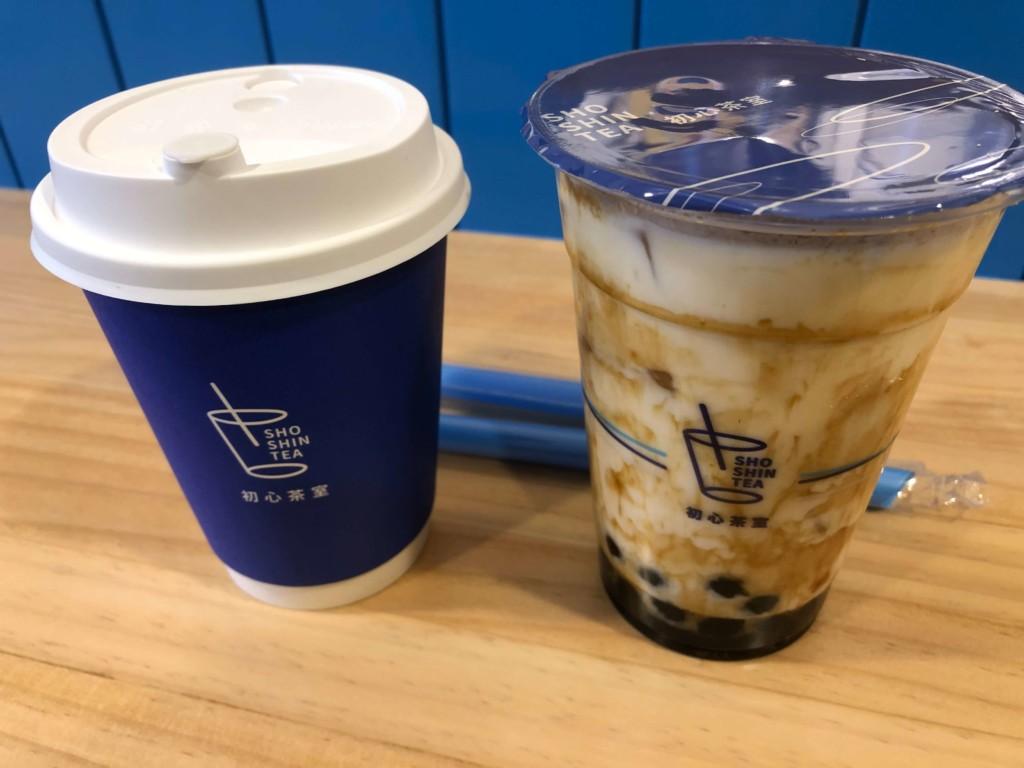 初心茶室の沖縄黒糖タピオカきな粉ミルクとアールグレイタピオカミルクティー