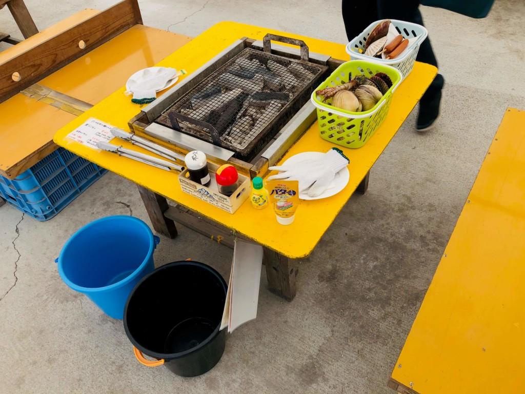 福吉漁港の牡蠣小屋「カキの阿部 飛龍丸」のテーブルと炭火