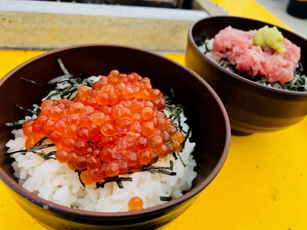 福吉漁港の牡蠣小屋「カキの阿部 飛龍丸」のミニいくら丼とミニネギトロ丼