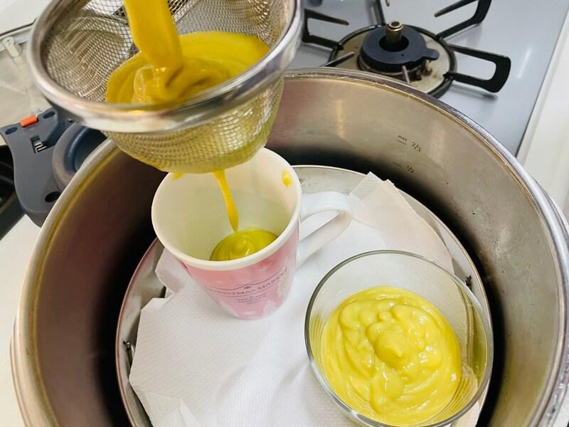 さつまいもプリンの卵液を濾し器に流し入れる