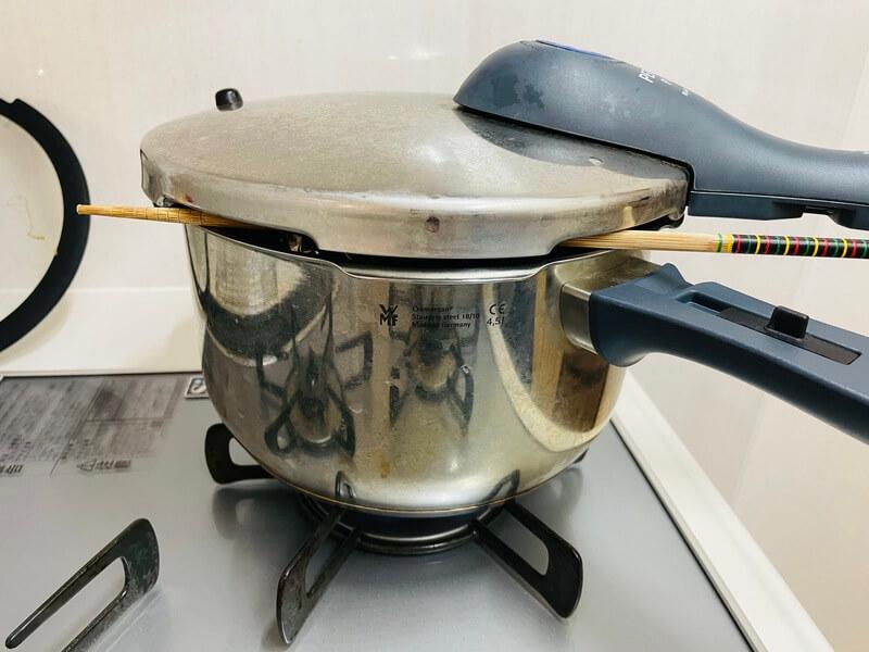さつまいもプリンを蒸すときに菜箸を蓋に挟む