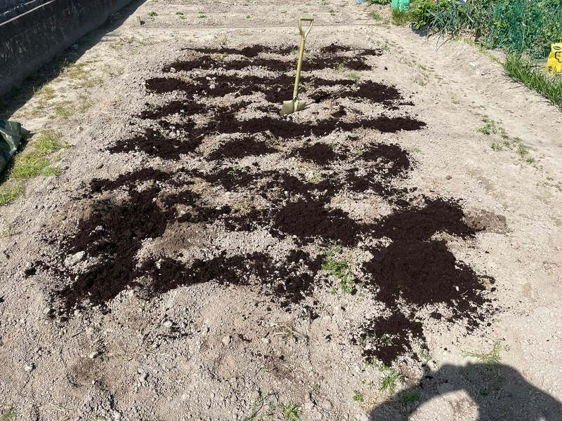 腐葉土を撒いた後の農地