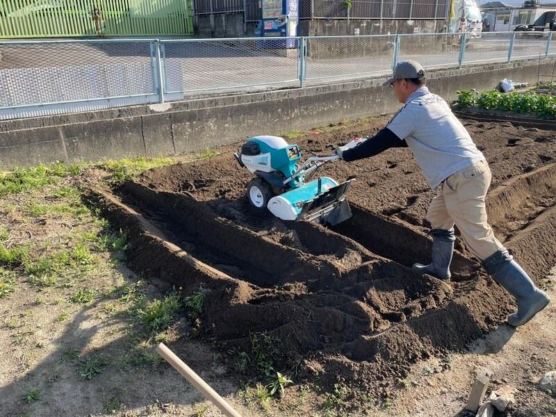 KUBOTAの農機で耕運と畝作り・畝立て
