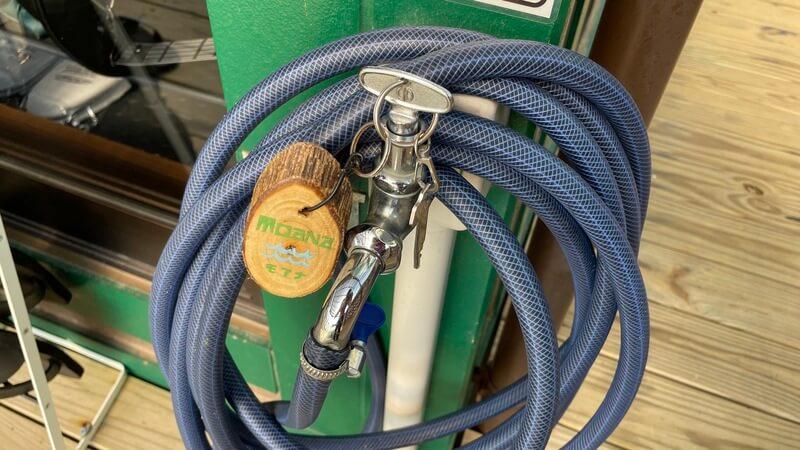 ぶどうの樹 グランピング福岡 モアナのテラスの中のサンダルと水道栓